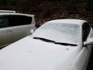 今朝は路面も白く。。。