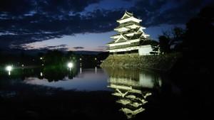 夕暮れ時の国宝松本城